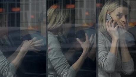 Foremniak gestykuluje w restauracji Minispektakl przerwał telefon