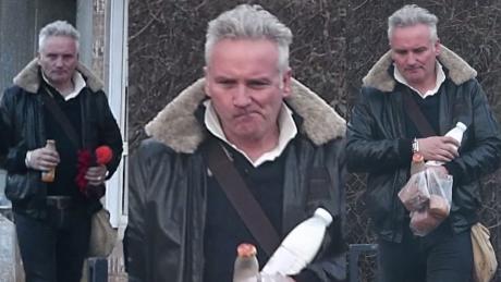 Naburmuszony Kret spaceruje z mlekiem i bułkami