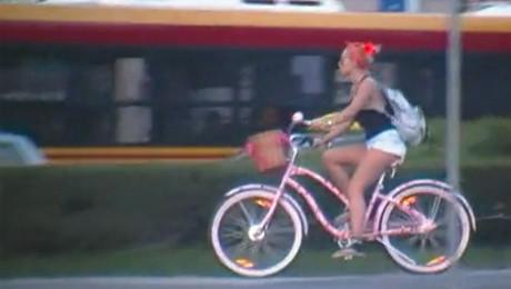 Samotna Doda na rowerze