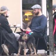 """Znudzony Borys Szyc """"walczy"""" o relacje rodzinne w kawiarni (WIDEO)"""