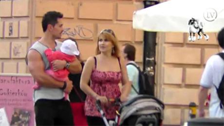Skrzynecka na spacerze z mężem i córką