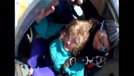 HORROR 80 LATKA skacze ze spadochronem
