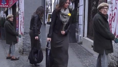 Kinga Rusin w długiej spódnicy wychodzi z pracy