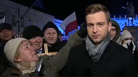 Reporter TVP zaatakowany na miesięcznicy smoleńskiej Bolszewicy Wredna komuna Zakała narodu za ruskie pieniądze