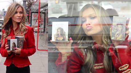 Krupa promuje swoje perfumy na przystanku autobusowym