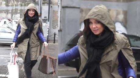 Kinga Rusin ucieka przed deszczem