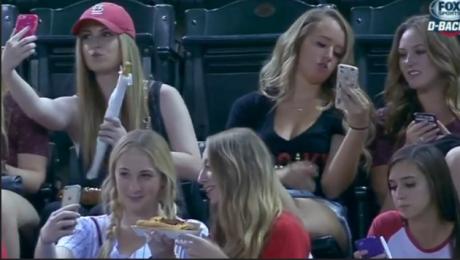 Hit sieci Nastolatki robią selfie podczas meczu