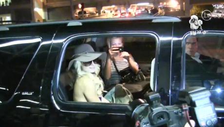 Paris pozuje i rozmawia z paparazzi