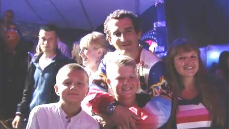Pijany Koterski przytula dzieci