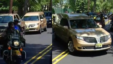 Ostatnia droga Bobbi Kristiny Przed bramą cmentarza czekał tłum dziennikarzy