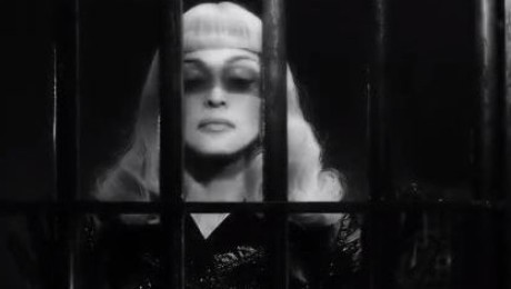 Madonna w skórzanym płaszczu ZA KRATKAMI