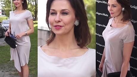 Skromna Popek w beżowej sukience