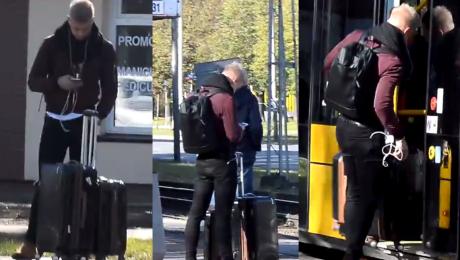 Platynowy Rafał Jonkisz wsiada do tramwaju