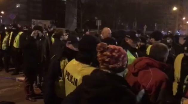 Wieczorne protesty pod Sejmem: starcia policji z demonstrantami